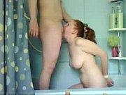Gostosa ruiva mamando rola na banheira