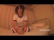 童顔 | エロ動画のエロ人(erojin) · 童顔メガネJKが保健室で先生をニーハイ足コキ