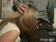 блондиночку прут вовсе дырочки