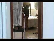Mulher do corno se exibindo sem calcinha para o eletricista