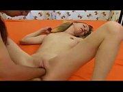 Novinha magrinha tomando mãozadas na buceta lisa