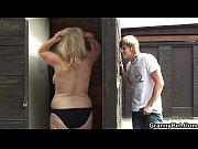 Сексуальная блондинка в коротком платье