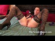 devushka-masturbiruet-klitor-i-konchaet