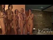 Chicas desnudas cantando