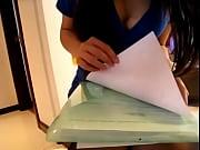 【無修正/ライブチャット】美巨乳バディな秘書風女子がキューリで糸引きオナニーの無料エロ動画