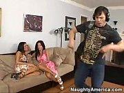 Lésbicas taradas fodendo com um único marmanjo
