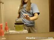 порно видио дамочка соблазняет рабочего у себя на кухне