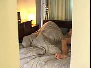 熟女が夫を起こしてセックスしようとするが、夫は起きず、仕方なく一人オナニーしていたら・・・・ | 熟女・人妻動画