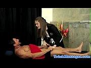 рыжая девушка фоткает свою кису