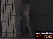 【野外エッチ盗撮】閉まったお店の前で下着丸出しで手マンされるギャル