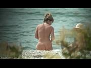 【ヌーディストビーチ】Tバックビキニを脱ぎ捨て全裸で日光浴