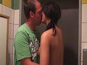 Casal novinho transando no banheiro