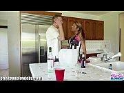Видео девушка демонстрирует свою пизду