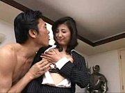 社長が熟女従業員、桐島千沙のパンストを破いてパンティの脇からチンポ挿入!