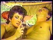 Порно видео без смс сосёт под столом