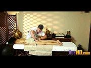 Как зрелая скрытна делают масаж