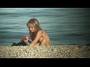 ヌーディストビーチで全裸で性器を日光浴してる金髪の外国人