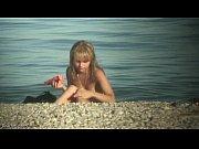 【ヌーディストビーチ】全裸で日光浴してる美乳ティーンを隠し撮り
