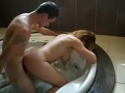 Loira dando pra outro na banheira e corninho filmando