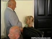 Мужики дрочат на блондинку