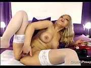Порно с предметами девчонка засовывает руку по локоть в задницу подруге