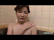 お風呂で息子のチ◯コに反応してフェラしちゃう熟女ww