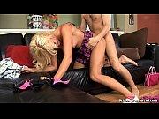 Novinha loira sexy dando de quatro no sofá