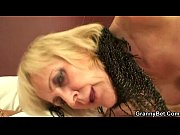 Блондиночка жадно отсасывает порно фильм
