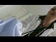 Женщина врач осматривает голого мужчину видео