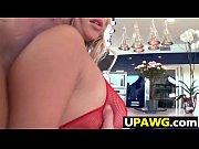Порно сексуальной блондиночки в полосатых чулочках