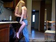 Loirinha dando pro namorado na cozinha