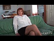 Женщина врач раздевает мужчину до гола