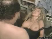 Грудастая сучка мастурбирует видео