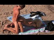 【トップレスビーチ無修正】全裸で開放的な砂浜でバックでエッチするカップル