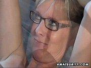 Порно блондинка сосет два члена
