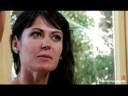 Женщина садится на огромный конусный резиновый фалоимитатор смотреть онлайн