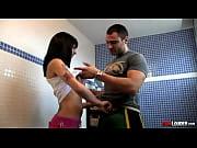 Jovem moreninha dando ao musculoso macho