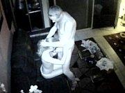 Девка бурно кончает струйкой во время секса