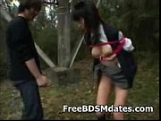 野外で緊縛吊るした制服女子高生をちくび責め・てまん・暴行プレイ! 【エロ動画】