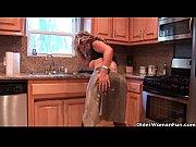 Image Mulher milf madura dando a bunda na cozinha