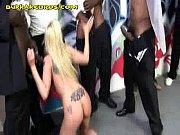 Порно молодая пышечка показывает свою киску