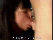 Девушка бреет пизду