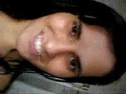 Novinha morena com sorriso lindo gravando o consolo