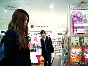雑貨屋で黒スト制服JKをパンチラ逆さ撮り盗撮
