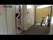 縛り上げられ電マ責めにされたままオフィスの廊下に放置される女の子