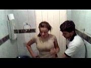 Casal trepando dentro do banheiro mal tirou a roupa para foder