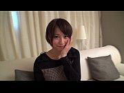 【エッチな美白ギャル動画】清純派美女のハニカミストリップシーン
