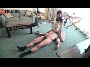 【足コキ動画】首輪で飼いならされている性奴隷がアクロバティック足コキ