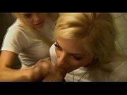 Trio con dos rubias haciendo una mamada