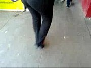 culona ejecutiva en pantalon negro
